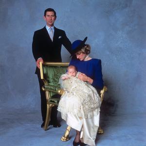 e094d5bb59707 Abaca Press La robe de baptême royale britannique au fil des ans - prince  Harry
