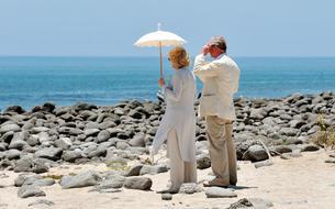 Le prince Charles et Camilla en maillot de bain sur une plage des Caraïbes