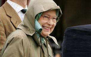 Méconnaissable, Elizabeth II piège des touristes américains à Balmoral