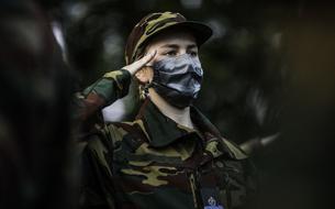 En treillis et arme au poing, la princesse Elisabeth de Belgique fait sa rentrée à l'École militaire