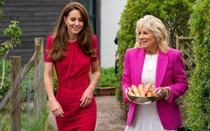 Mais que font Kate Middleton et Jill Biden avec un bol de carottes?