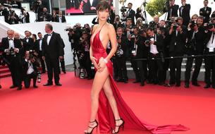Bella Hadid gênée par le souvenir de sa montée des marches en robe fendue à Cannes