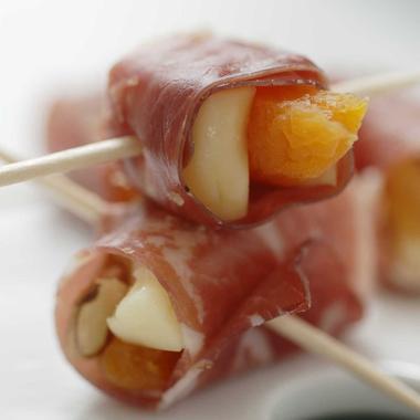 Rolls bresaola et magret aux abricots moelleux noix et Saint-Nectaire fermier