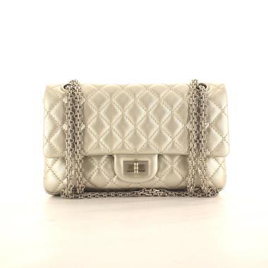Le sac 2.55 : les secrets de Coco Chanel à portée de main de
