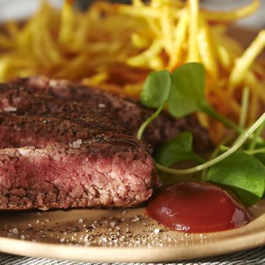 Steak haché et pommes de terre frites