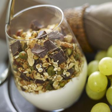 Verrine de yaourt nature aux fruits secs, céréales et chocolat noir