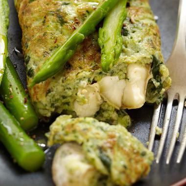 Omelette au cresson, asperges vertes et crottin de Chavignol