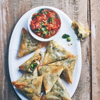 Samossas aux petits pois, chou kale et pois chiches, sauce tomate épicée