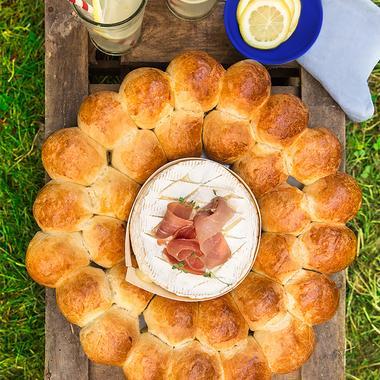 Brioche fourrée façon couronne au fromage et jambon cru