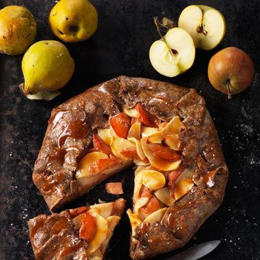 Tarte rustique aux pommes, coings et caramel au beurre salé