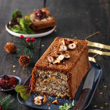 Terrine végane aux girolles, noisettes, marrons, pain d'épices et chutney de figues