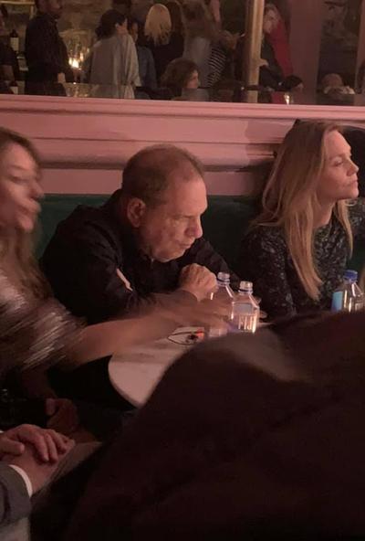 """""""Je suis à 1 mètre d'un violeur !"""" : la vidéo ahurissante d'une actrice qui croise Harvey Weinstein à New York"""
