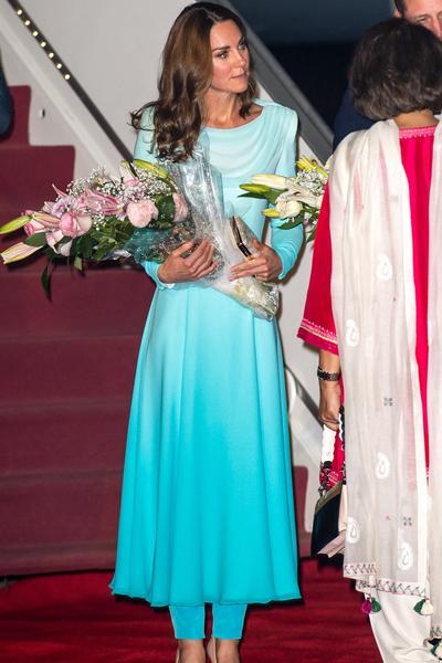 Au Pakistan, Kate Middleton marche (encore) dans le sillage stylistique de Lady Diana