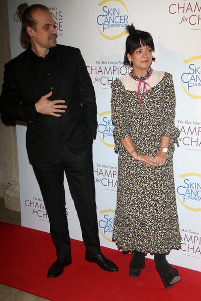 Le premier tapis rouge timoré du couple Lily Allen et David Harbour