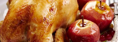 Poularde farcie au pain d'épices et fruits secs, pommes rôties aux fruits rouges