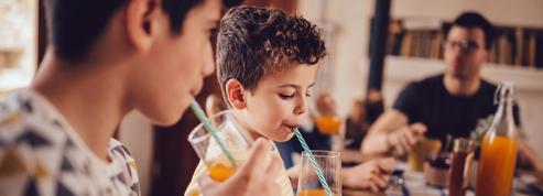 Pour leur bien, faut-il arrêter de donner des jus de fruits aux enfants ?