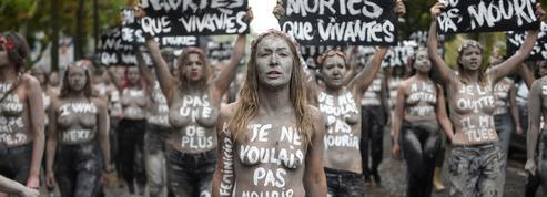 Pour dénoncer les féminicides, les Femen se griment en zombies
