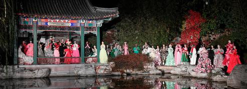 Couleurs éclatantes, maquillage scintillant... Les détails à retenir du défilé Valentino haute couture à Pékin
