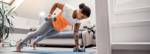 Haltères, élastique... Ce qu'il faut avoir pour se muscler efficacement chez soi