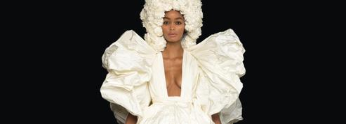 Valentino rêve une haute couture grand format aux robes immaculées