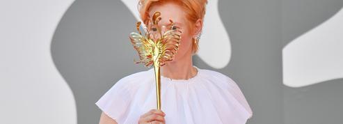 Tilda Swinton réinvente le masque sur le tapis rouge de la Mostra