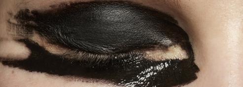 Smoky, liner, mascara : trois idées pour un regard noir et arty