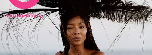 Sur une plage abandonnée, Naomi Campbell, son truc en plumes et son monokini noir