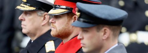 Funérailles du prince Philip : Elizabeth II brise le protocole vestimentaire pour épargner les princes Harry et Andrew