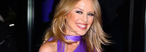 Kylie Minogue fascine à Londres dans une étourdissante robe léopard