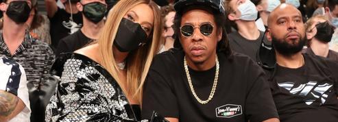 Minirobe en cuir et collier de diamants : Beyoncé au premier rang d'un match de basket (en toute simplicité)