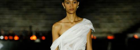 Les déesses de la collection croisière Dior 2022 défilent dans l'immense stade panathénaïque d'Athènes