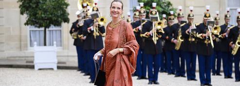 Carole Bouquet s'habille en tenue traditionnelle indienne pour dîner à l'Élysée