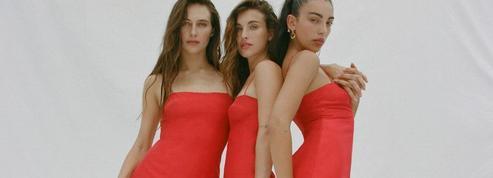 La petite robe rouge de Claudia Schiffer, le must-have de sa collection capsule