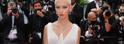 Crâne rasé blond platine et robe Dior : le combo renversant d'Iris Law à Cannes