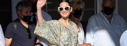 À Cannes, Marion Cotillard se promène en sabots