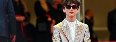 En smoking or et argent, Timothée Chalamet saisit le tapis rouge de Cannes