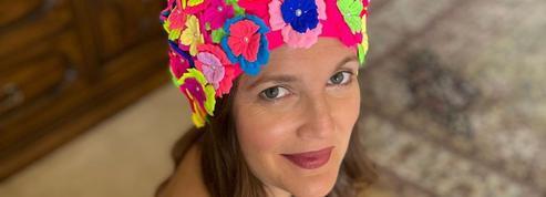 Le charme rétro (et pas discret) de Drew Barrymore et son bonnet de bain fleuri