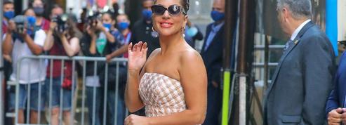 Manches ballons, talons XXL et trucs en plumes : en plein New-York, l'extravagant défilé de mode de Lady Gaga