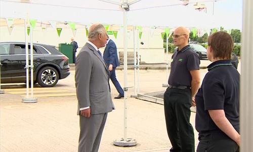 Devant le prince Charles et les caméras, le travailleur d'un supermarché s'évanouit