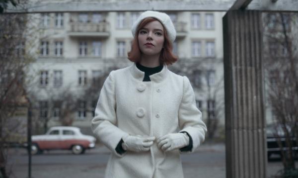 """Ce qui se cache derrière les tenues de Beth Harmon dans """"Le Jeu de la dame"""""""