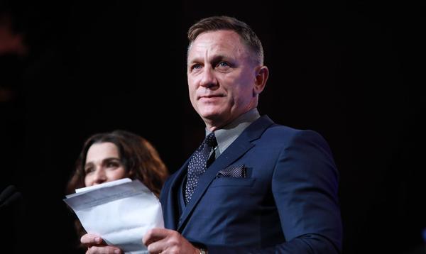 """""""L'un des plus grands honneurs de ma vie"""" : les adieux de Daniel Craig, ému aux larmes, aux équipes de """"James Bond"""""""