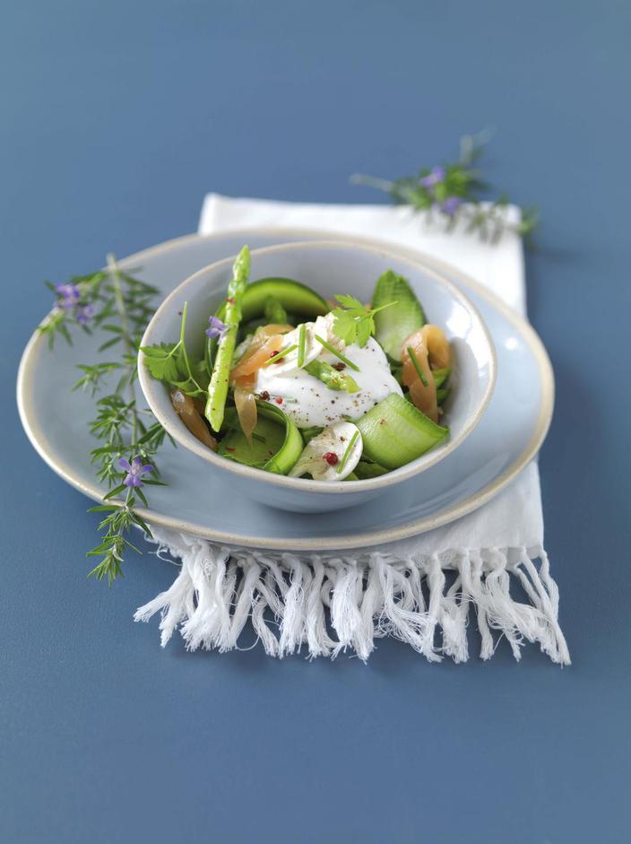ensalada de salmón y espuma de queso blanco con cebolleta