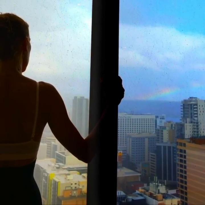 Arc-en-ciel et soutien-gorge, Céline Dion envoie un message d'espoir à ses fans