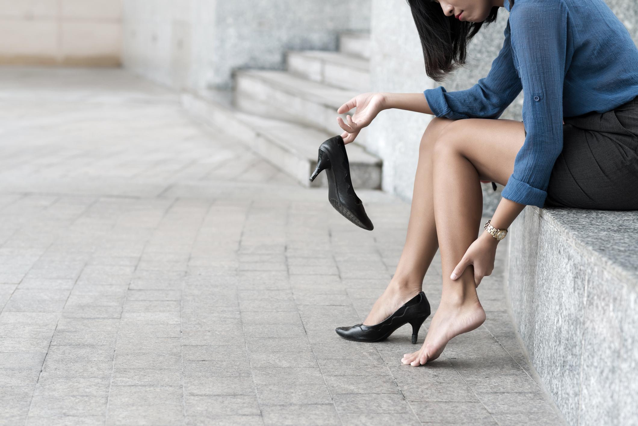 9ac791d438f2fe Les astuces (qui fonctionnent) pour éviter d'avoir mal aux pieds dans ses  talons - Madame Figaro
