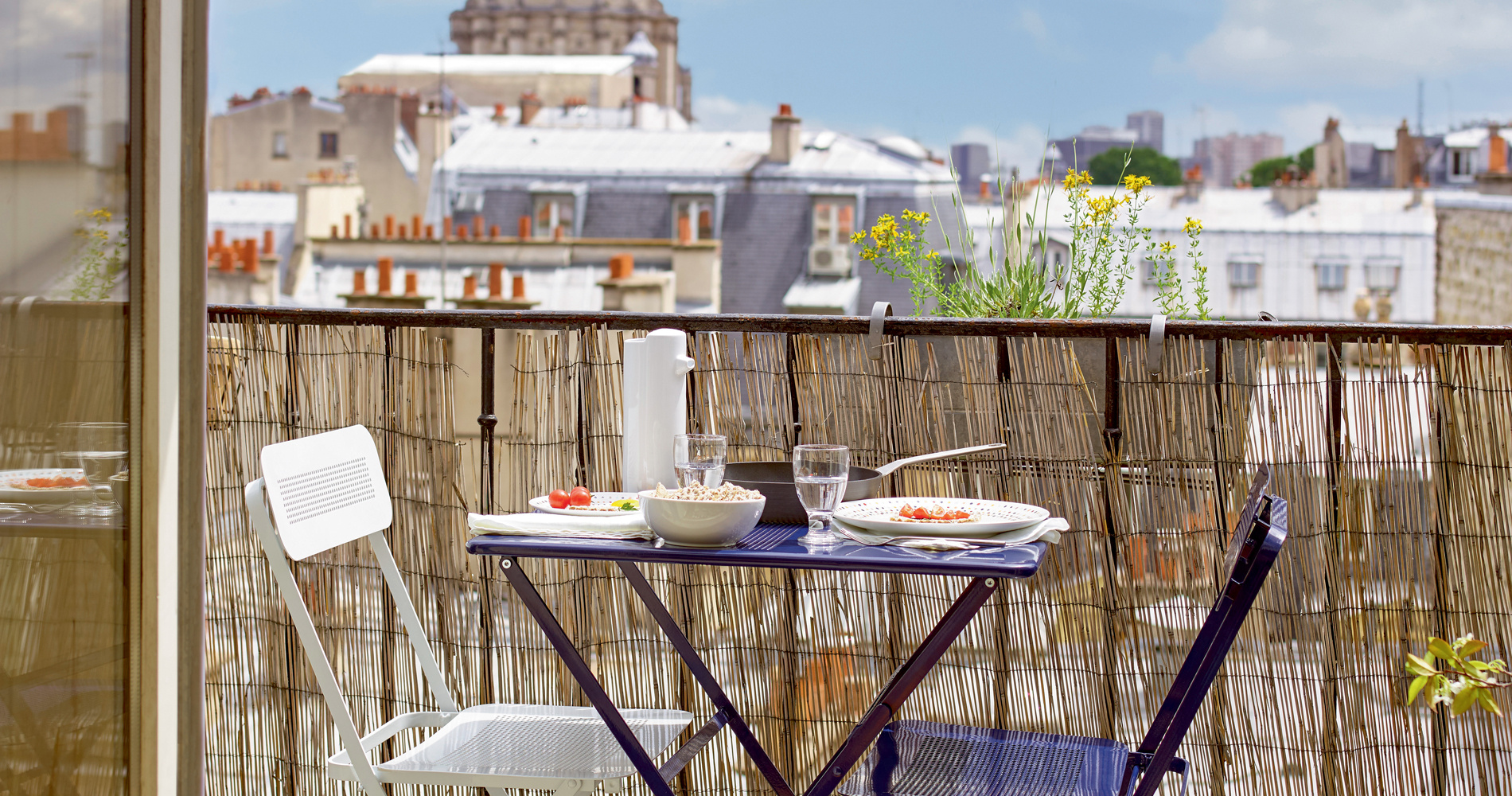 Table Pour Balcon Étroit sept astuces pour aménager un petit balcon - madame figaro