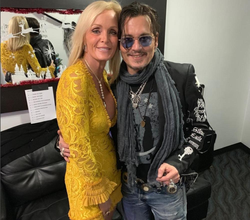 prix raisonnable vraie affaire inégale en performance Johnny Depp photographié embrassant une