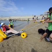 Handicap à la plage, des aménagements adaptés
