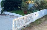 Décapage thermique ou chimique: retirer la peinture d'un portail en bois