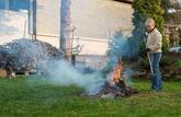 Brûler ses déchets verts dans son jardin est interdit