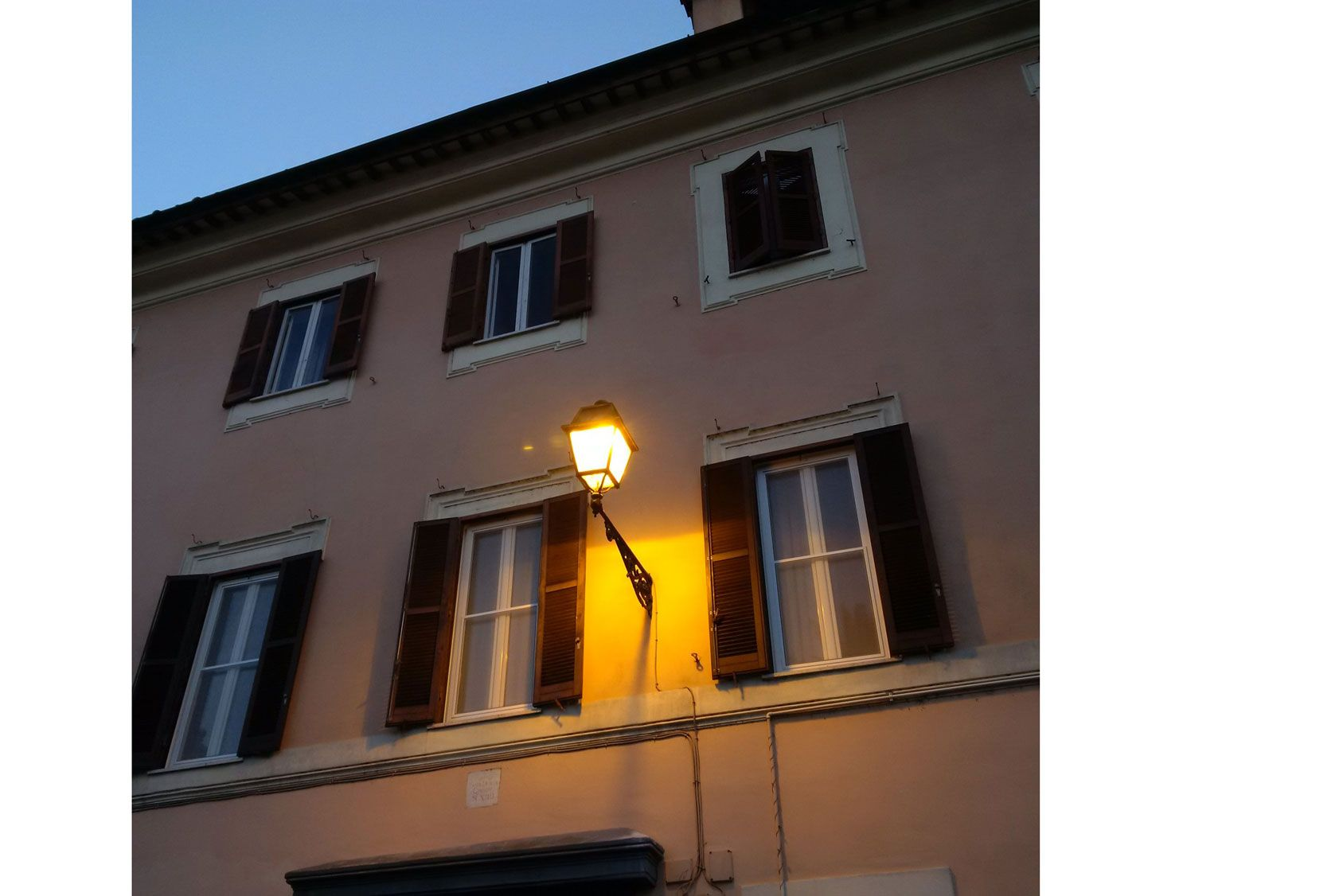 La mairie peut imposer l'installation d'un lampadaire sur la façade d'une maison
